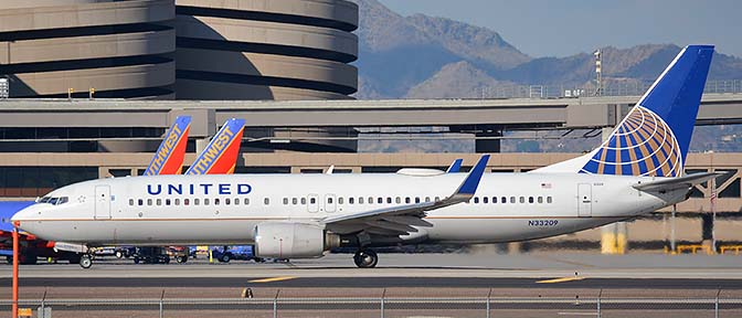 United Boeing 737-824 N33209, Phoenix Sky Harbor, January 9, 2016
